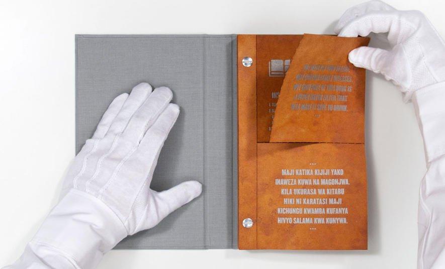 Die Wasserfilter lassen sich leicht aus dem Drinkable Book heraustrennen: Jeder Filter reinigt 100 l Wasser.