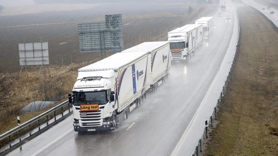 Scania-Lkw im Konvoi auf dem Weg nach Rotterdam: Die Lkw sind über WLAN verbunden und halten einen Abstand von nur 15 Metern. Nur der Fahrer des ersten Lkw steuert, die anderen folgen mittels Autopilot.