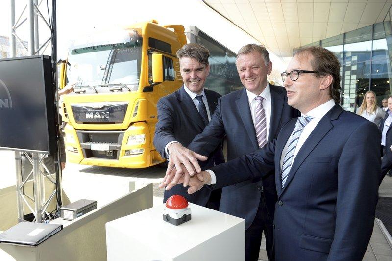 Verkehrsminister Alexander Dobrindt startete den MAN-Konvoi in München.