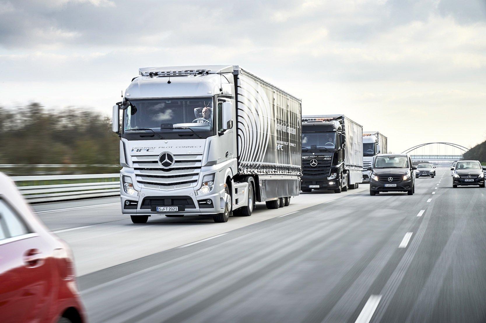 Daimler-Trucks im Platooning-Konvoi: Von dem Konvoi-Fahren mit geringen Abständen erhoffen sich Politik und Logistikbranche weniger Staus und eine bessere Auslastung der Autobahnen.