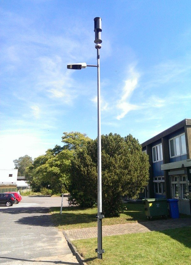 Proceed 1: Straßenlaterne mit Windkraftrad.