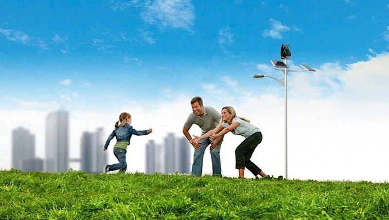 Auf in eine grüne Zukunft: Das spanische Unternehmen Eolgreen setzt seine umweltfreundlicheStraßenlaterne in Szene, die sich mit Hilfe von Solarzellen und einem Windrad selbst mit Strom versorgt.