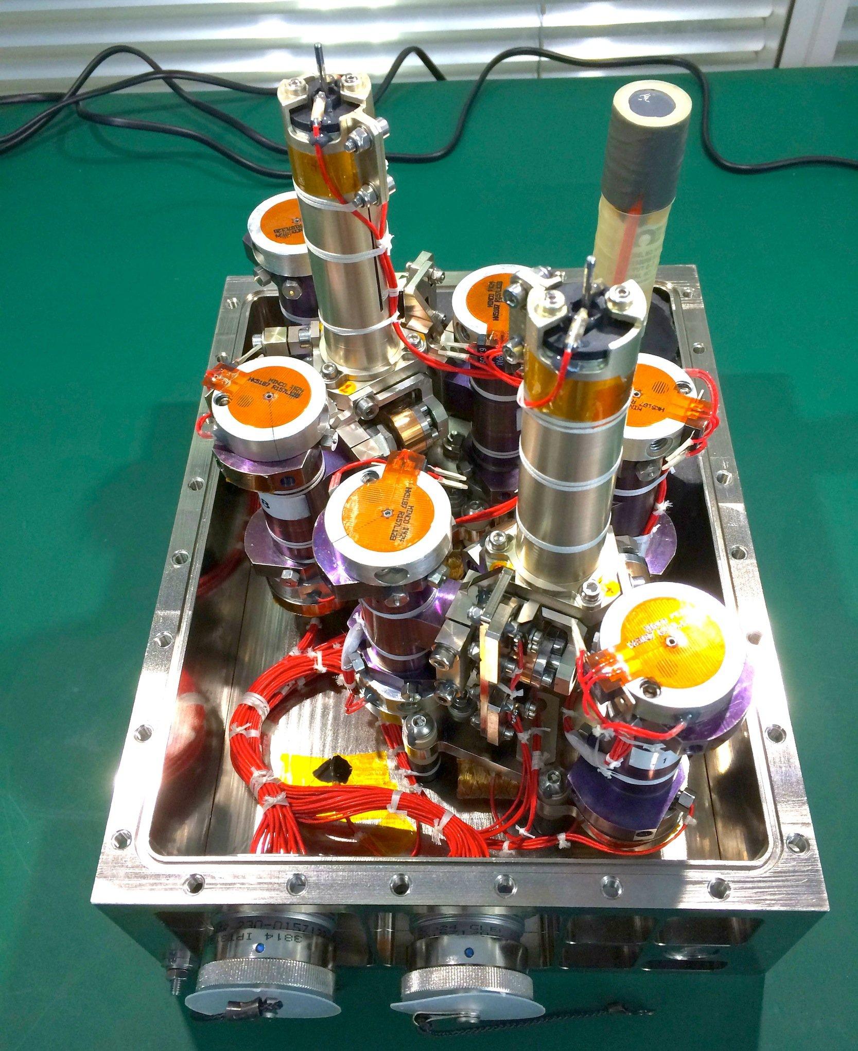Diese Titanzylinder enthalten Rohöl und umkreisen derzeit die Erde. Mit diesem Experiment soll die Suche nach Rohöl in großen Tiefen auf der Erde verbessert werden.