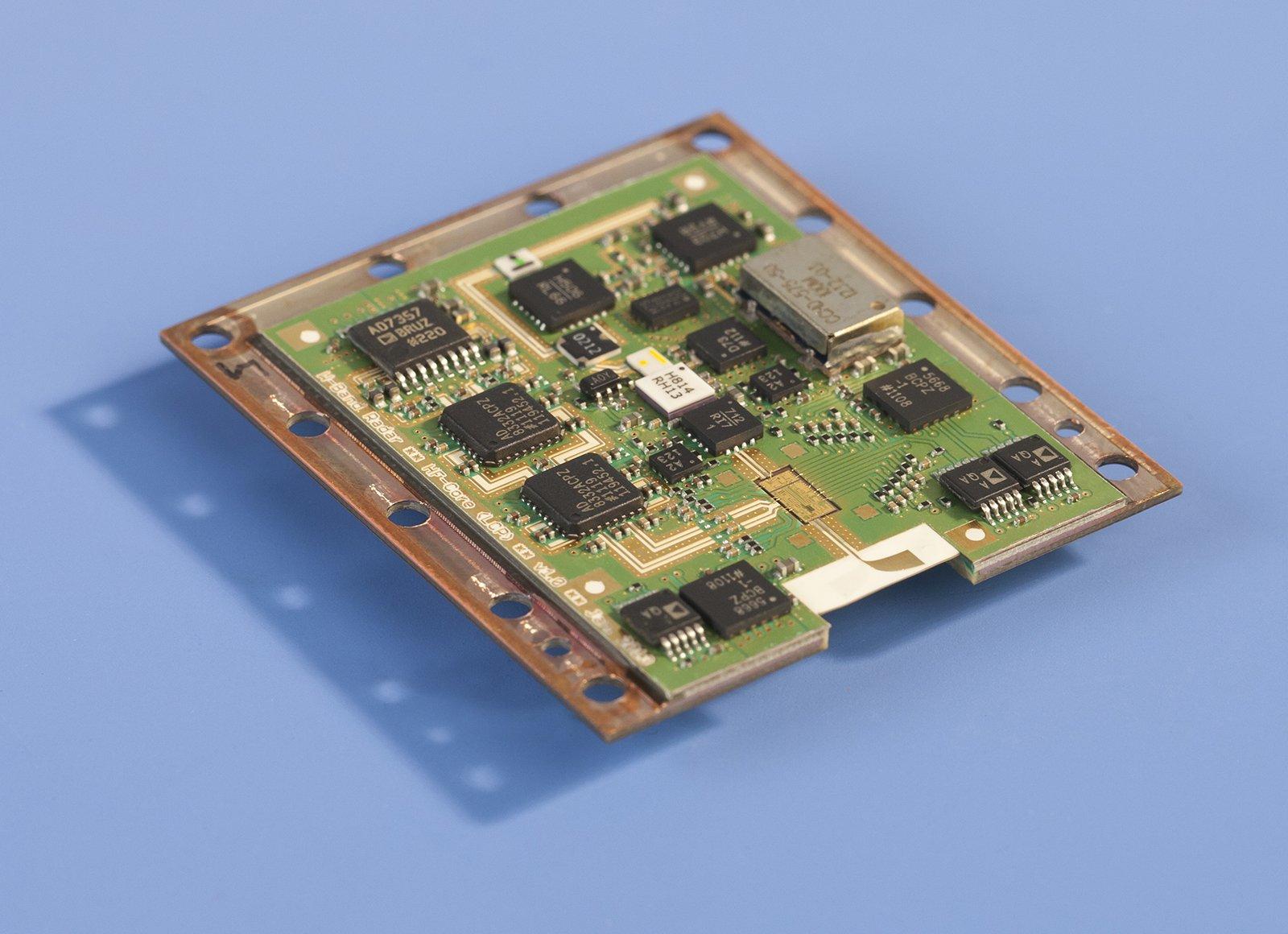 Das Hochfrequenzmodul ist auf einer 78x42x28 mm großen Platine integriert.