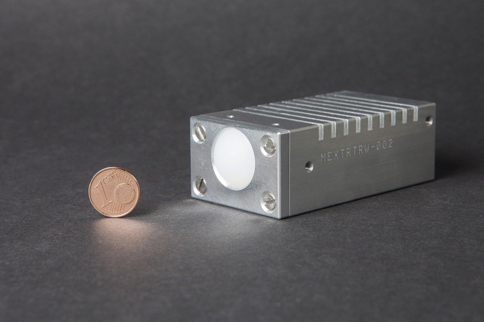 Durch Pappe oder Kunststoff schauen – das gelingt dem menschlichen Auge nicht. Was uns verborgen bleibt, macht ein Radar des Fraunhofer-Instituts für Angewandte Festkörperphysik IAF sichtbar: Das System arbeitet mit Millimeterwellen bei 94 GHz und einer Bandbreite von 15 GHz. Dabei ist das Radarmodul nicht größer als eine Zigarettenschachtel.