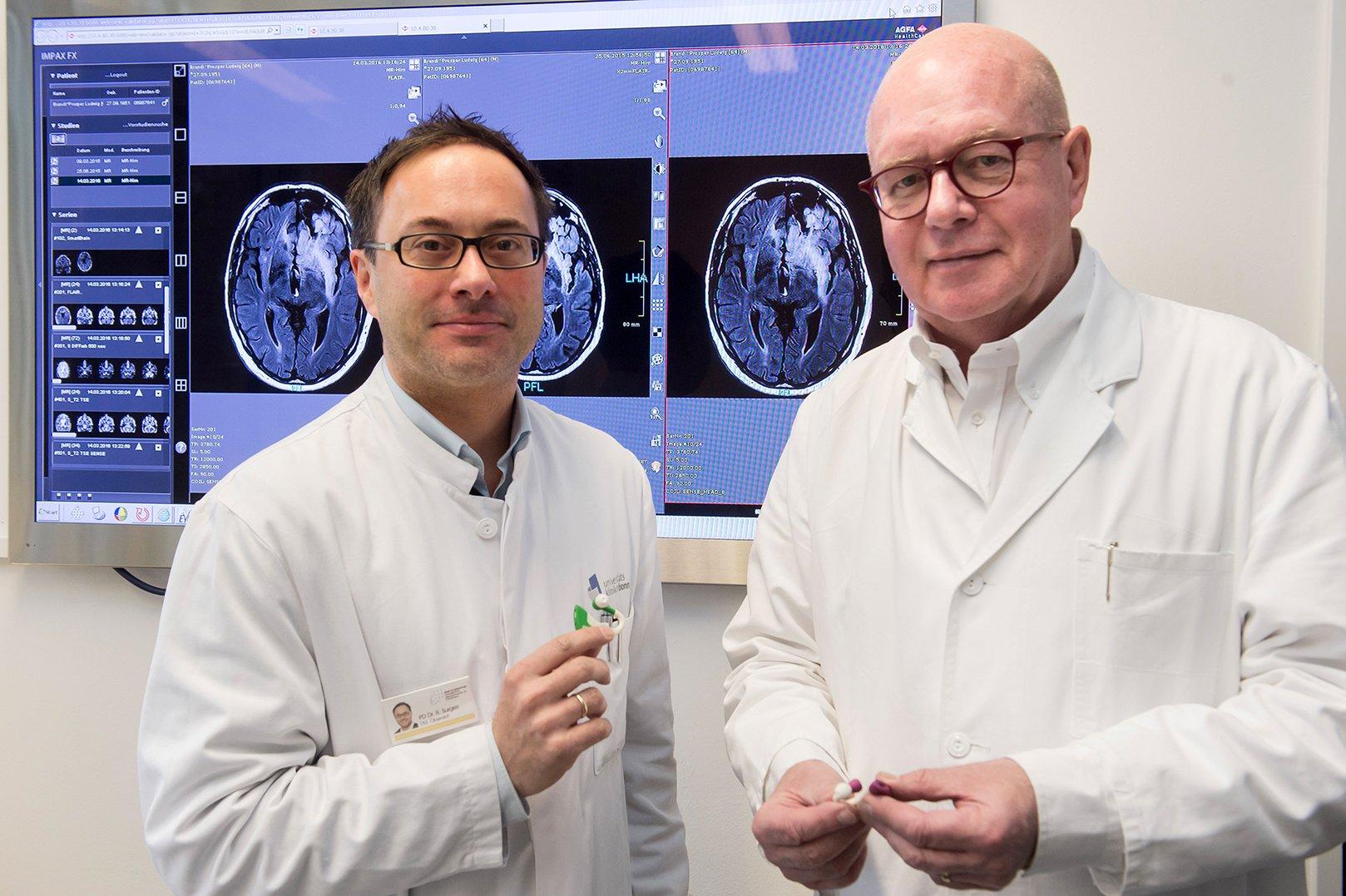 Telemedizin für Epilepsiepatienten: Prof. Dr. Christian Elger (re.) und Privatdozent Dr. Rainer Surges von der Klinik für Epileptologie des Universitätsklinikums Bonn mit dem Minisensor.