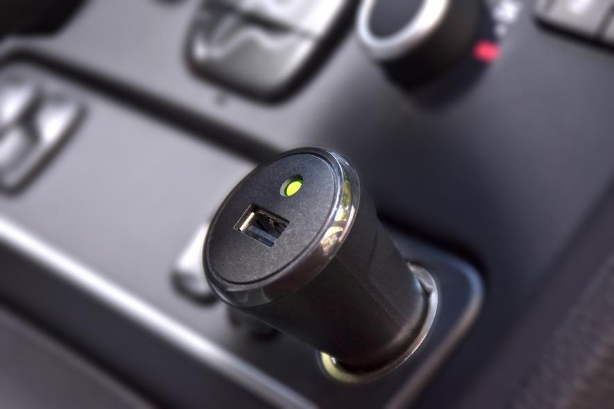 Der Unfallmeldestick wird einfach in eine 12-V-Buchse gesteckt. Er enthält einen Sensor, der auch die Stärke eines Aufpralls erfasst.