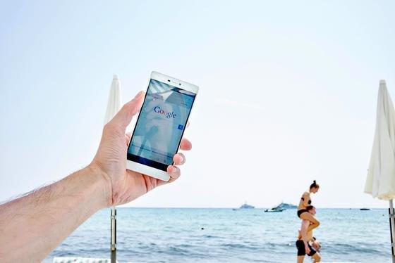 Schnappschuss im Urlaub: Das Verschicken von Urlaubsbildern im Ausland kostet bei Vodafone für Neukunden ab sofort keinen Aufpreis mehr.