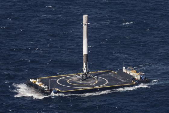 SpaceX gelingt erste Raketenlandung auf einer Plattform im Meer.