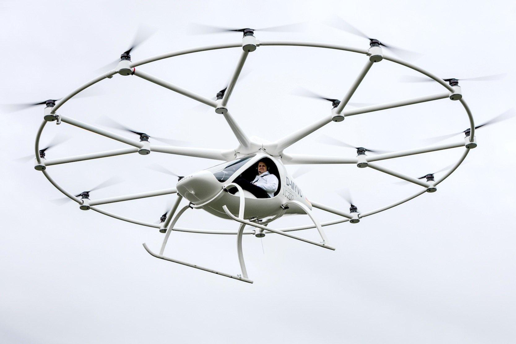 Bemannter Erstflug des Volocopters VC200: e-volo-GeschäftsführerAlex Zosel steuerte die von 18 Rotoren angetriebene Drohne mit einem Joystick.