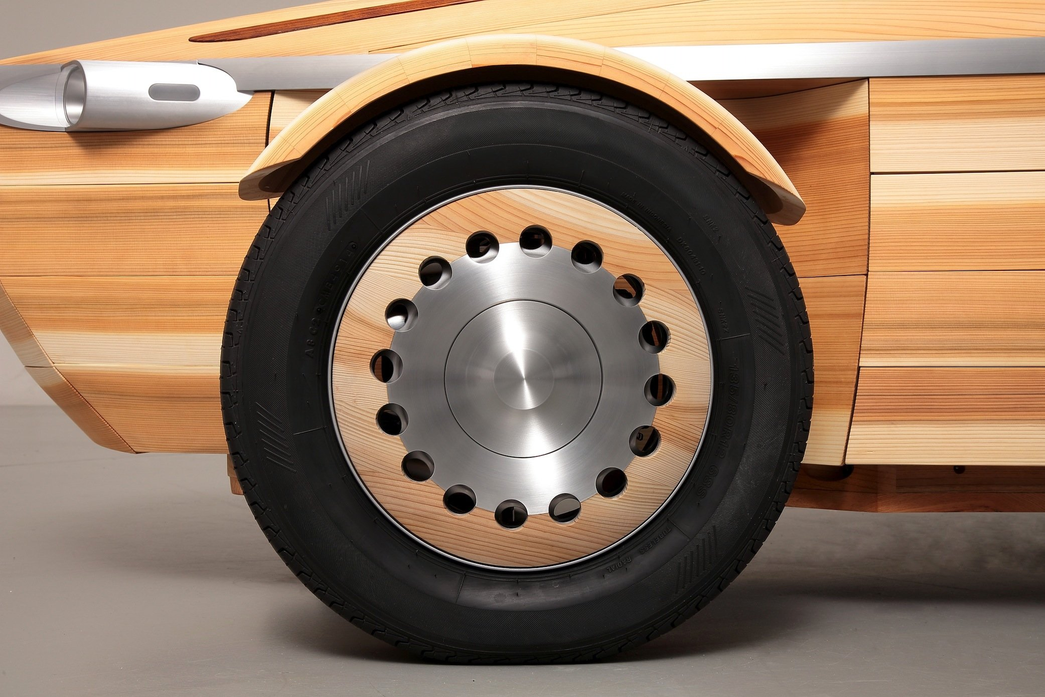 Selbst die Radkappen des Toyota Setsuna sind aus Holz gefertigt.