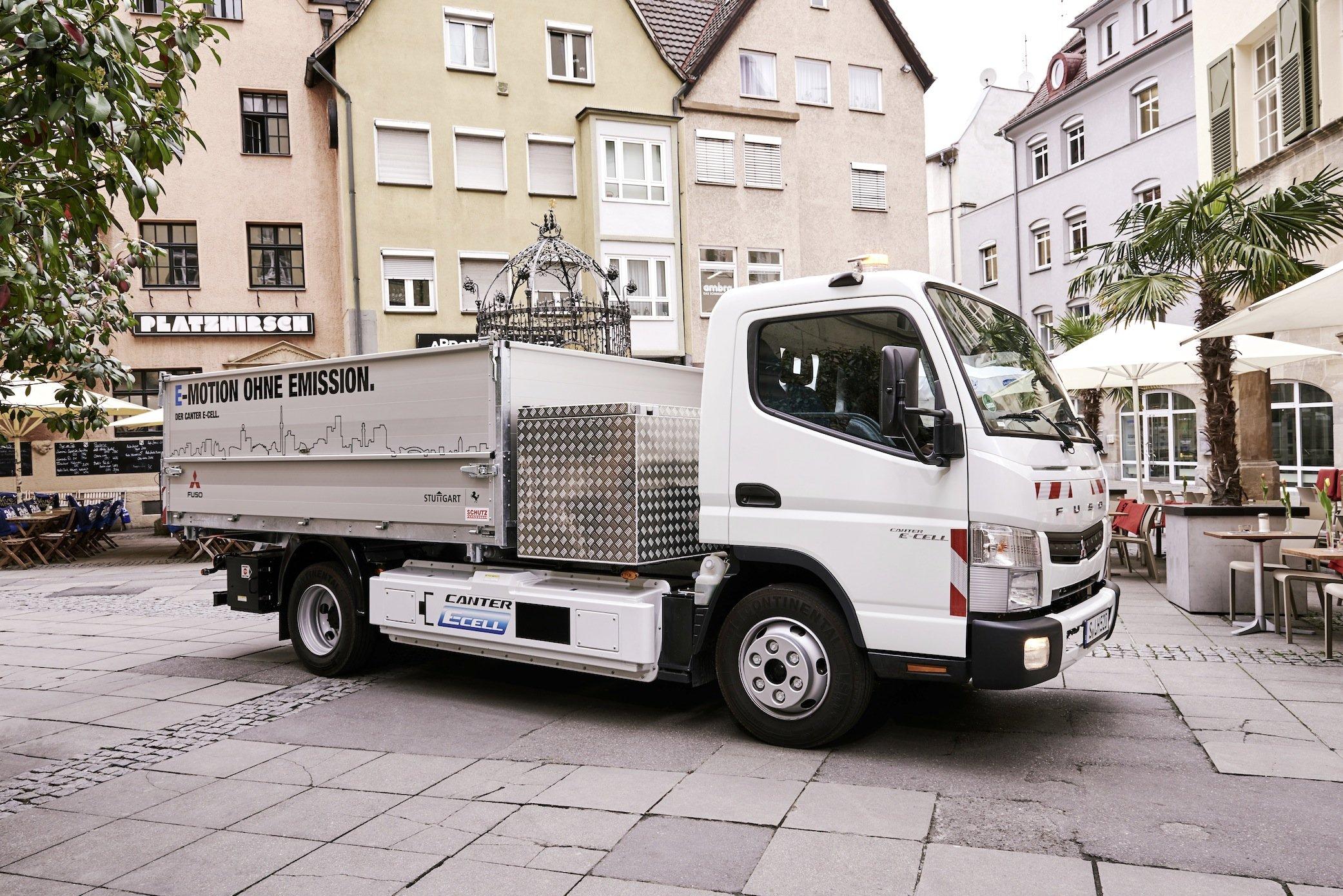 Da die Lkw kaum hörbar fahren, können die Fahrer in der Stadt ein Summgeräusch einschalten, das Fußgänger und Radfahrer warnt.