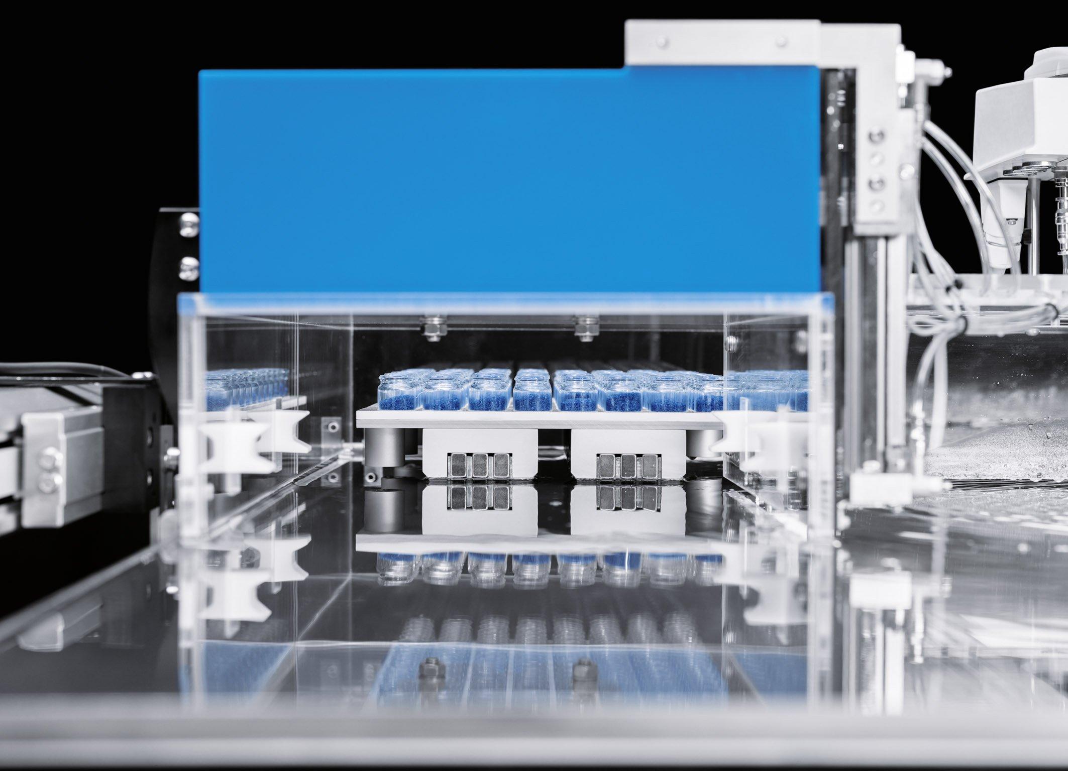 """Unter dem Titel """"SupraMotion"""" präsentiert Festo drei neue Techniken, darunter die """"SupraJunction"""", die """"den berührungslosen Transport von Objekten über geschlossene Oberflächen hinweg und durch Schleusen hindurch"""" ermöglichen soll."""