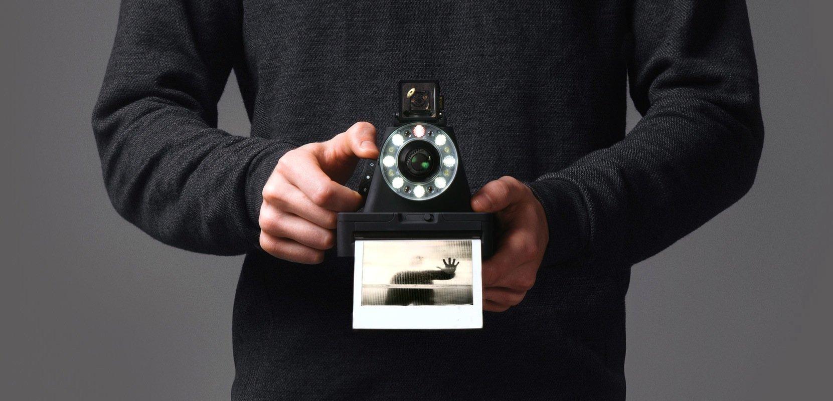 Der niederländische Hersteller The Impossible Project bringt eine neue, moderne Variante der Sofortbildkamera heraus. Dazu hat er das frühere Polaroid-Werk in den Niederlanden gekauft.