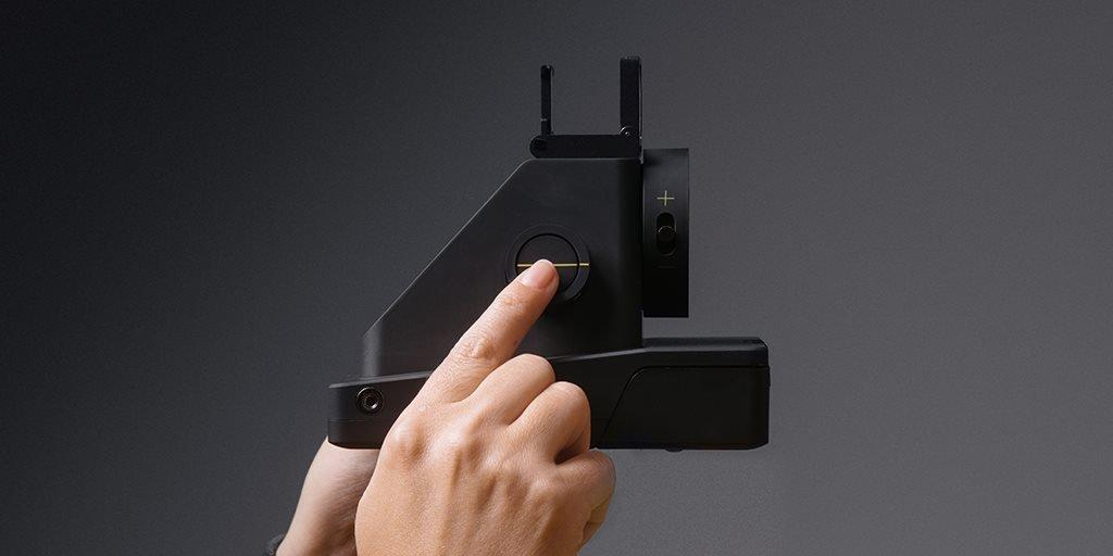 Die I-1 von Impossible ist eine Sofortbildkamera mit einem Ringblitz und sieht sich in der Tradition der Polaroid-Kamera.