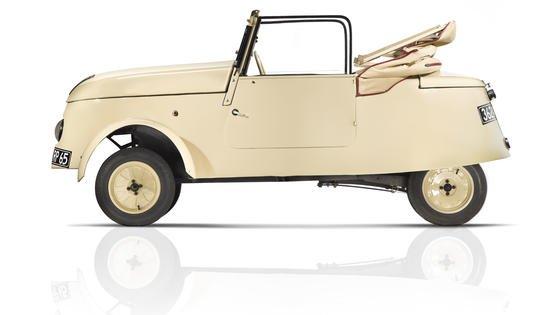 Das ist ein Elektroauto aus dem Jahr 1941! Mitten im II. Weltkrieg brachte Peugeot den VLV auf dem Markt. Das Auto hatte schwere Bleibatterien an Bord und schaffte damit eine Reichweite von rund 80 km.