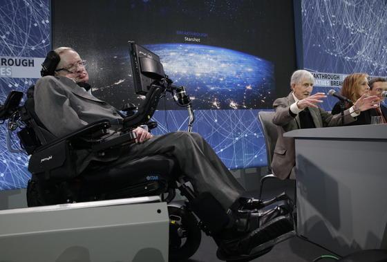 Stephen Hawking (links) und Freeman Dyson (rechts), Physiker und Mathematiker, stellen im One World Trade Center in New York die Initiative Breakthrough Starshot vor, die Mini-Raumsonden ins benachbarte Sternensystem Alpha Centauri schicken will.