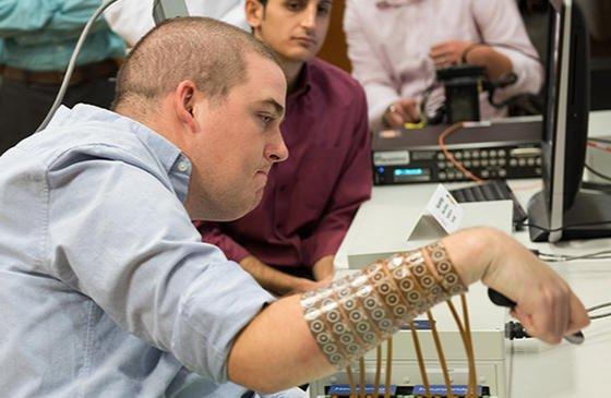 Vier Jahre lang war Ian Burkhart vom Hals abwärts gelähmt. Jetzt kann er dank Neuro-Bypass seine rechte Hand wieder bewegen.