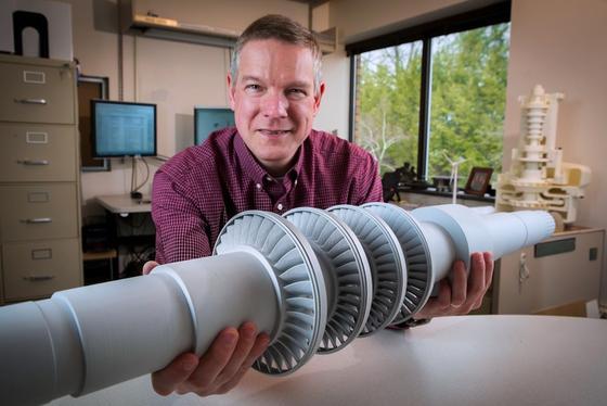 Ingenieur Doug Hofer präsentiert die neu entwickelte Miniturbine, die 10.000 Haushalte mit Strom versorgen könnte.