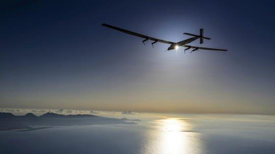 Solar Impulse 2 ist wieder startklar, um die Weltumrundung fortzusetzen. Das Foto zeigt einen Testflug über Hawaii, den Pilot Markus Schredel am 27. März absolvierte. Jetzt wartet das Team von Solar Impulse 2 auf günstige Wetterbedingungen, um die Mission zu Ende zu bringen.