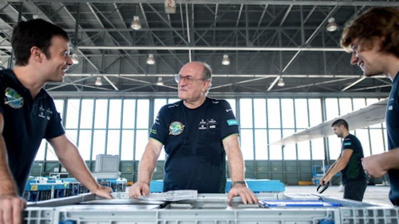 Ingenieure haben ein neu entwickeltes Batteriesystem in den Solarflieger eingebaut, der in einem Hangar am Kalealoa Airport auf Hawaii überwintert hat.