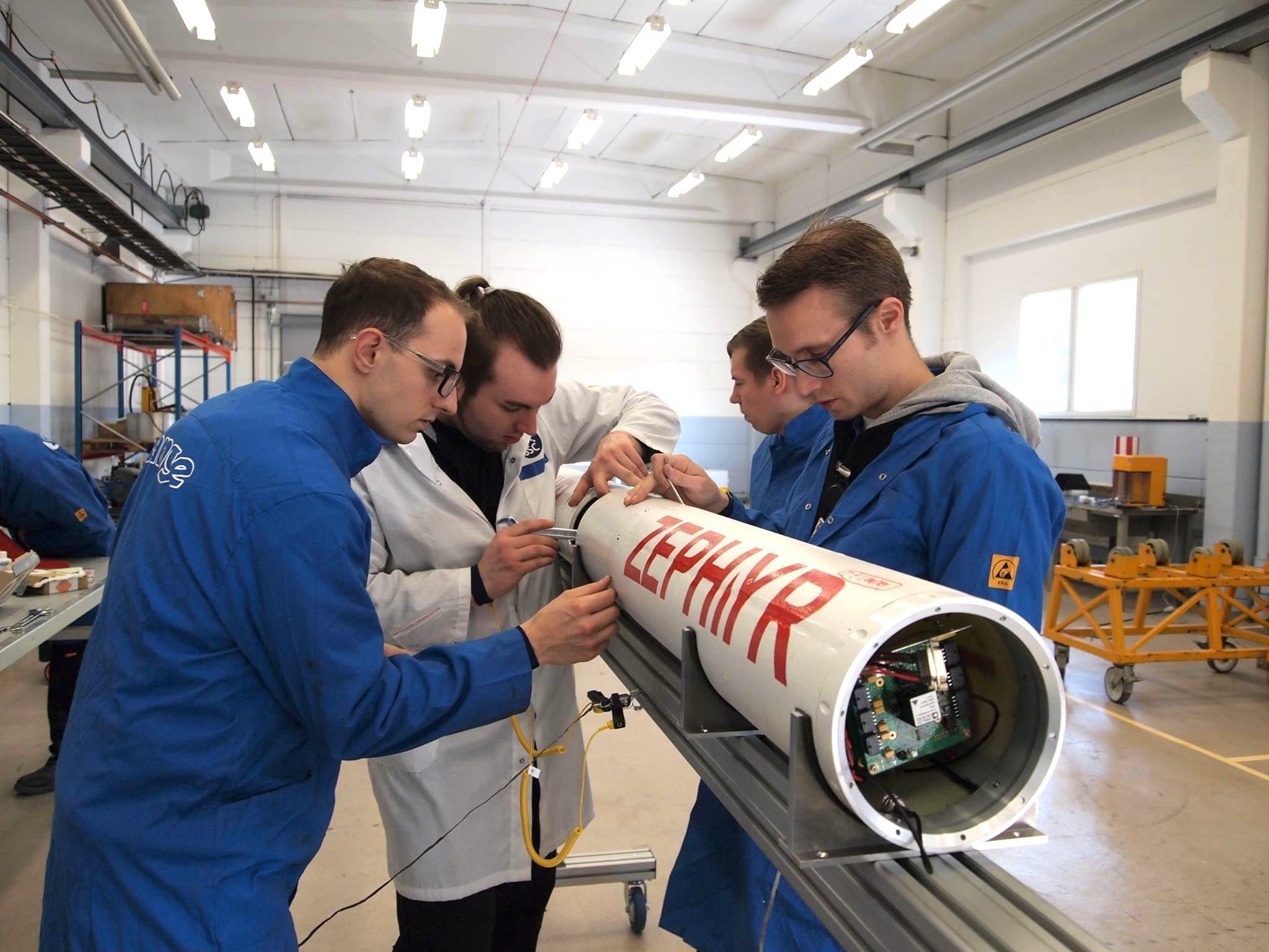 Preparierung der ZEPHYR-Rakete für den Start: Der Antrieb erreicht aus einem Gemisch aus Paraffin und Sauerstoff 8100 PS.