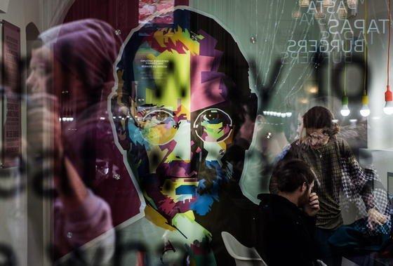 Ein Portrait von Apple-Gründer Steve Jobs im Apple-Museum in Prag: Mit dem iCar würde Apple eine neue Seite in der Firmengeschichte schreiben.