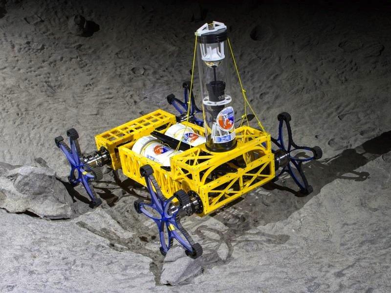 Der Roboter Yemo soll Astronauten bei Expeditionen auf dem Mond oder dem Mars unterstützen. Er wiegt 27 kg und hat einen elektrischen Vierrad-Antrieb. Durch die Sternräder kann er sich auch in unwegsamen Gebieten vorarbeiten.