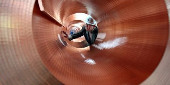 Ein Ingenieur der MKM Mansfelder Kupfer und Messing GmbH kontrolliert einen Kupferblech-Coils: Die Ingenieur-Einkommen lagen auch 2015 auf hohem Niveau. Das zeigt die neue Gehaltsstudie von ingenieurkarriere.de