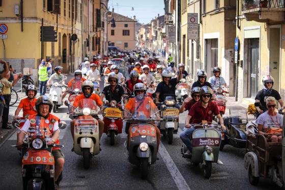 Vespa-Treffen 2015: Vor genau 70 Jahren hatte der UnternehmerEnrico Piaggio die Idee für ein günstiges Transportmittel auf zwei Rädern und Beauftragte den Ingenieur Corrdino D'Ascanio mit der Entwicklung des Vespa-Rollers.