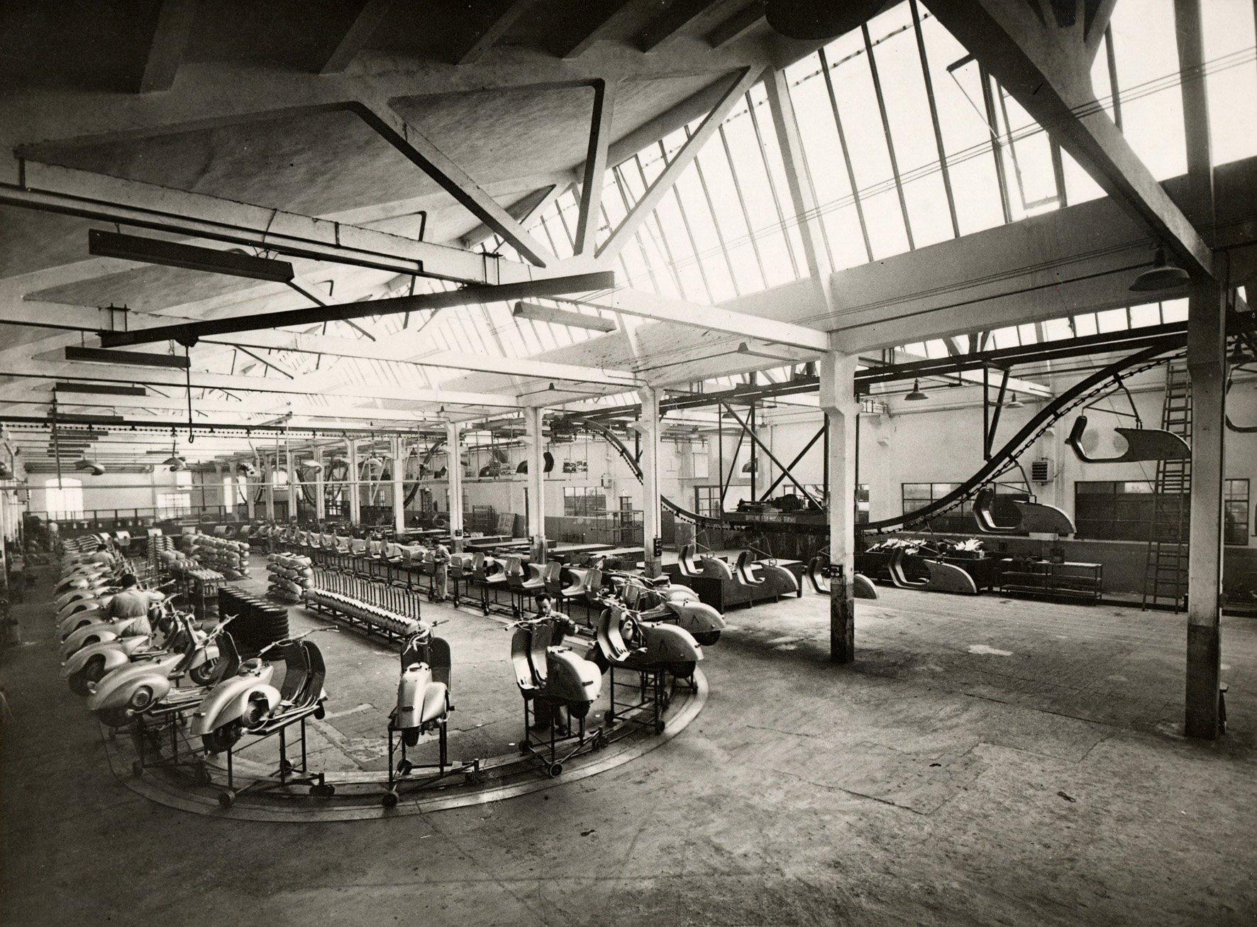 Produktion des Vespa-Rollers 1950 in der Vespa-Fabrik in Pontedera in der Toskana.
