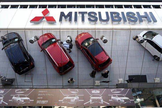 Mitsubishi-Modelle vor der Unternehmenszentrale in Tokio: Die Verbrauchswerte von mehr als 600.000 Mitsubishi- und Nissan-Modellen wurden bei Testreihen bewusst manipuliert.