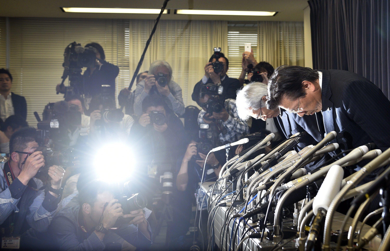 Mit einem tiefen Diener bat Mitsubishi-Chef Tetsuro Aikawa um Entschuldigung wegen der bekannt gewordenen Abgasmanipulationen.