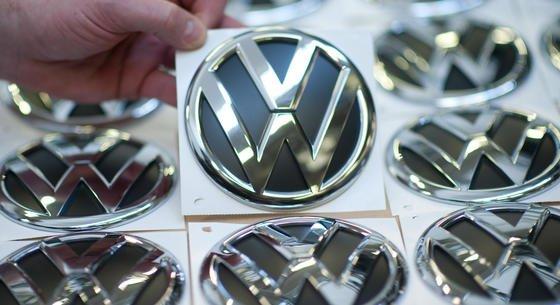 VW-Logos im Werk Wolfsburg: Überraschend hat sich VW mit den US-Behörden auf die Lösung des Dieselskandals geeinigt. Danach zahlt VW jedem Besitzer eines manipulierten Dieselautos 5000 $ Entschädigung.