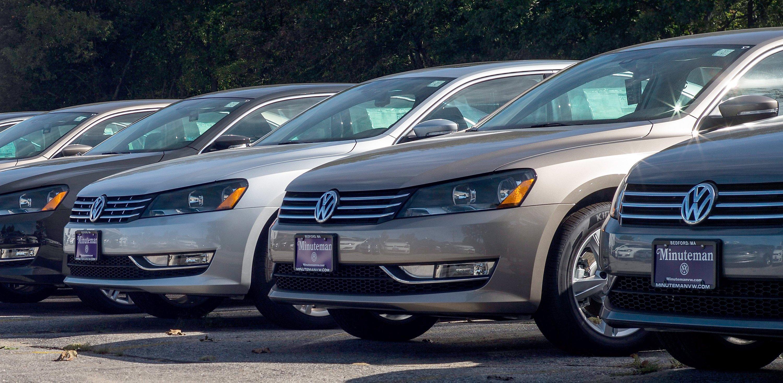 Amerikanische VW-Modelle bei einem Händler inMassachusetts: Wenn die von Manipulationen betroffenen Autos auch durch eine Umrüstung die US-Grenzwerte nicht einhalten können, muss VW die Autos zurückkaufen. Das sieht die Einigung mit den US-Behörden zur Lösung des Dieselskandals in den USA vor.