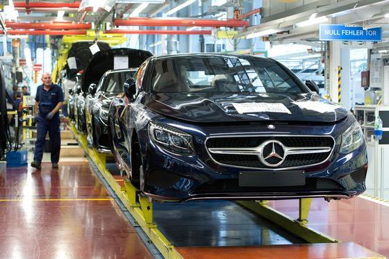 Im Mercedes-Benz Werk des Autokonzerns Daimler in Sindelfingen fertigen Arbeiter am Band Fahrzeuge der S-Klasse: In den USA bekommt es der Autobauer aus Schwaben nach dem Abgas-Skandal im VW-Konzern nun auch mit einer Überprüfung durch die US-Behörden zu tun. Das US-Justizministerium hat Daimler aufgefordert, das Zustandekommen der offiziellen Abgas-Werte in den USA intern und unter Einbeziehung der US-Aufseher unter die Lupe zu nehmen.