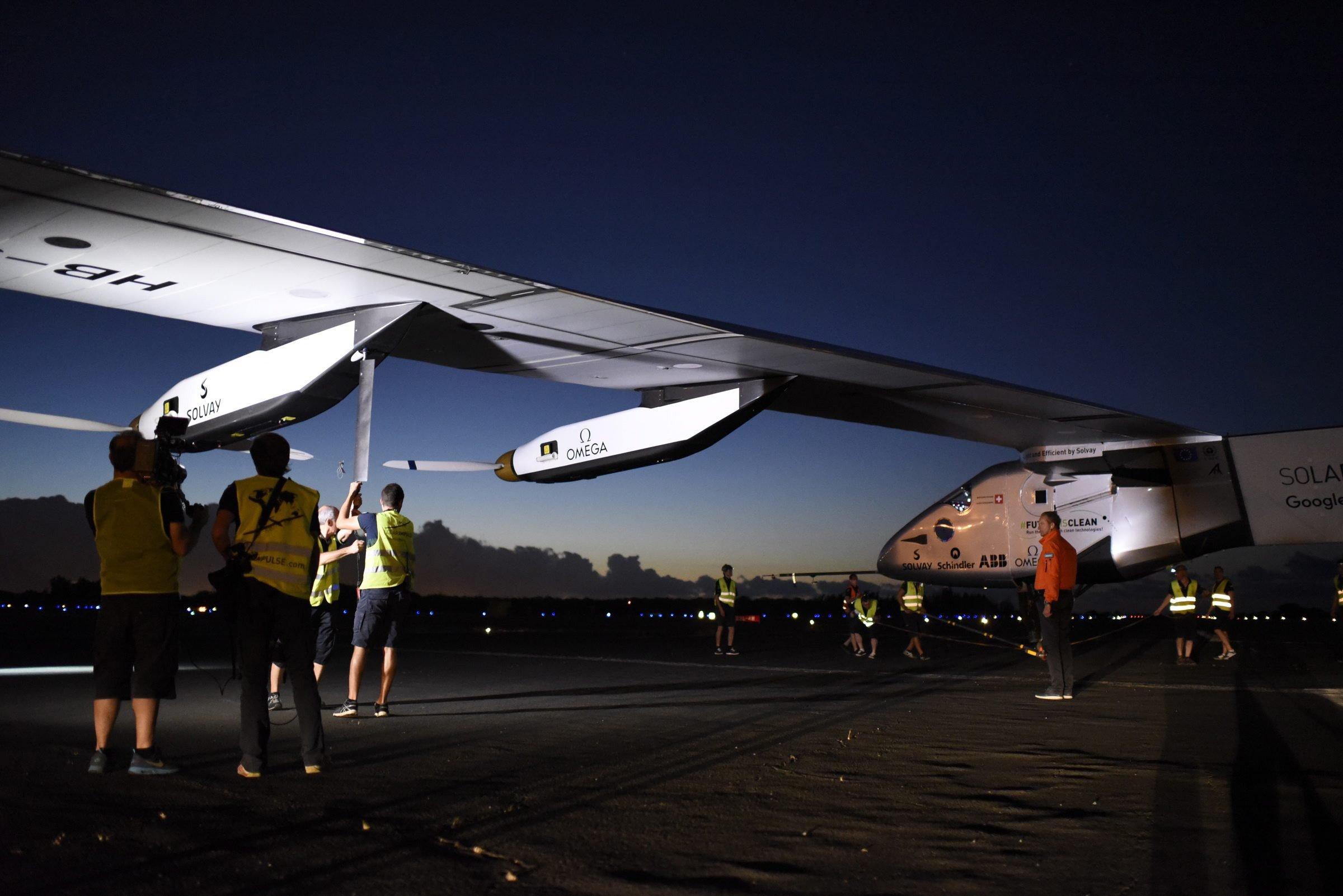 Der Solarflieger Solar Impulse 2 auf dem Flughafen in Hawaii kurz vor der Wiederaufnahme der Weltumrundung