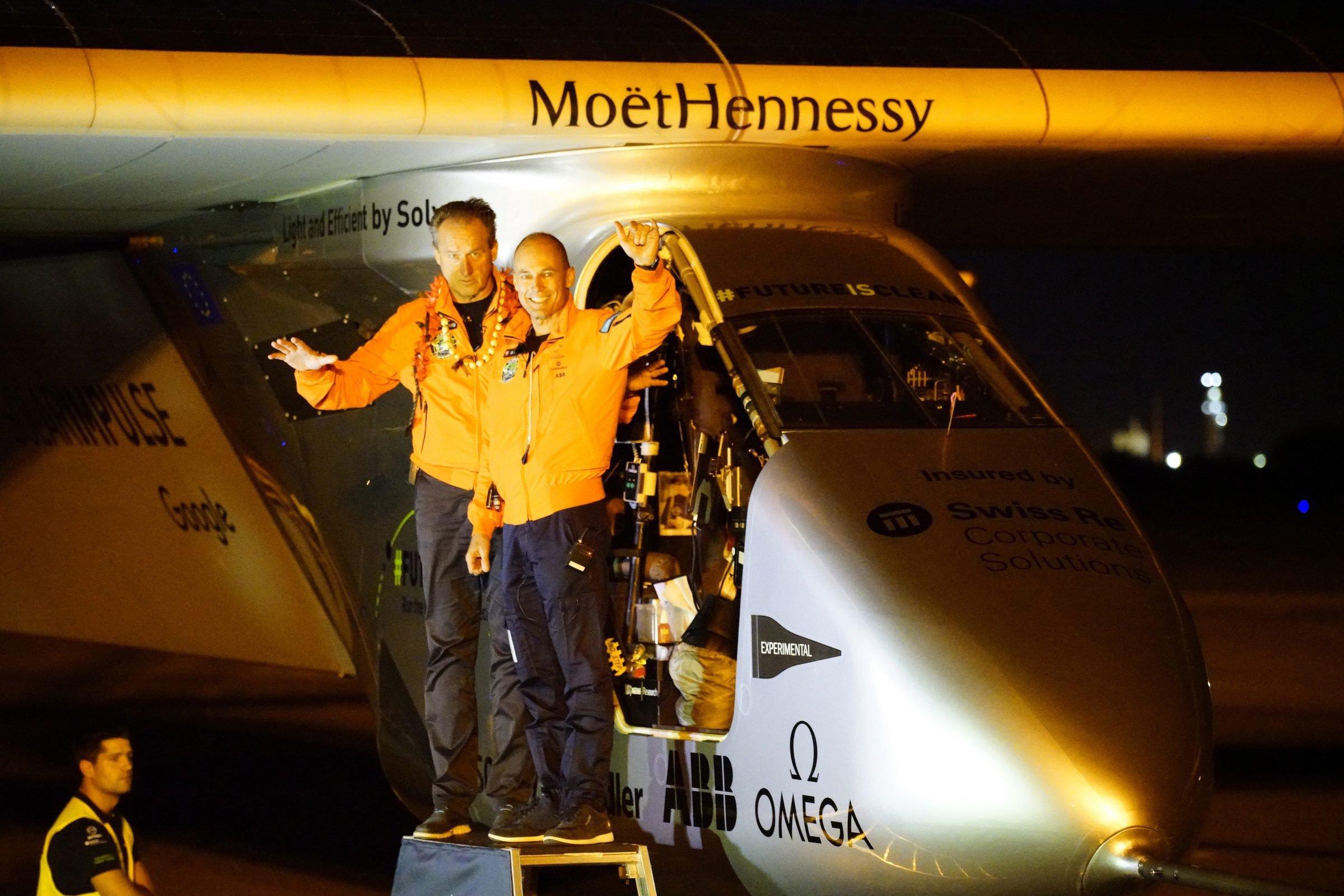 André Boschberg (li.) und Bertrand Piccard am 21. April 2016 in Hawaii. Kurz darauf startet Piccard zum dreitägigen Flug nach Mountain View.