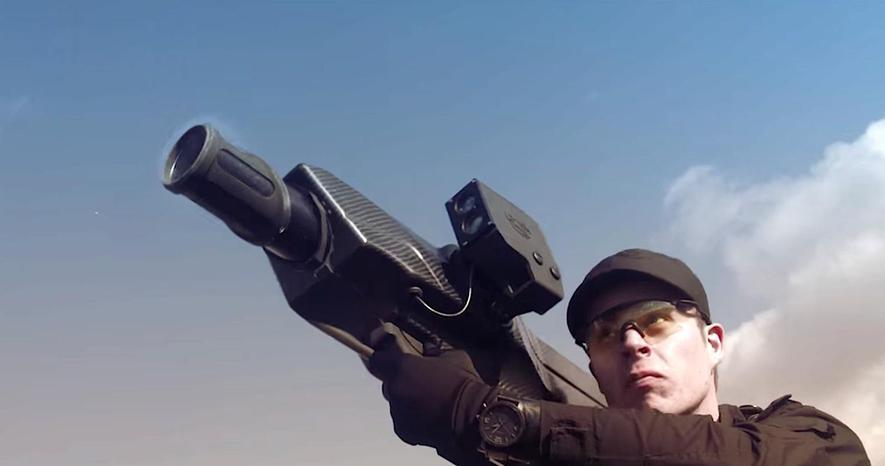 Skywall 100 im Einsatz: Der Schütze schultert die Bazooka und feuert mit Druckluft ein Projektil auf die Drohne ab.