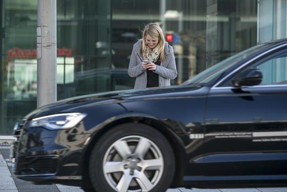 Fußgänger im Straßenverkehr sind häufig abgelenkt durch die Nutzung ihres Smartphones. Tödliche Unfälle etwa beim Überqueren von Kreuzungen und Bahnübergängen häufen sich. Deshalb experimentieren Städte wie Augsburg nun mit Warnlichtern, die im Boden aufblinken.
