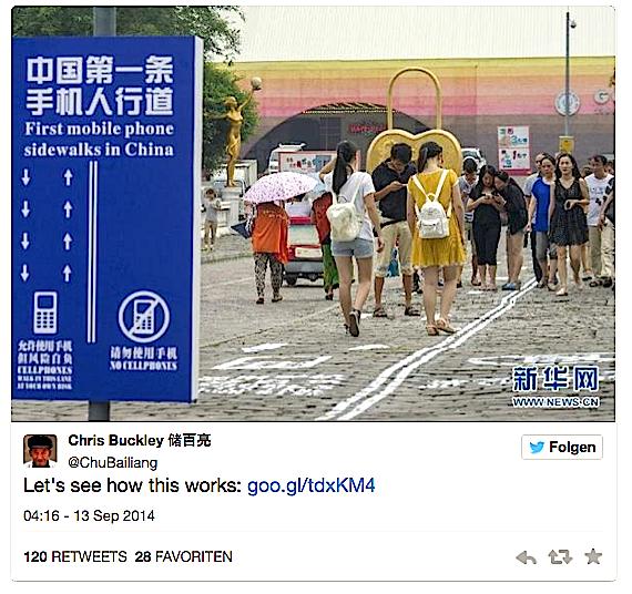 Mit oder ohne Smartphone unterwegs?Die chinesische Millionenstadt Chongqing hat testweise einen Gehweg für Fußgänger markiert, die auch beim Gehen nicht auf das Smartphone verzichten wollen.