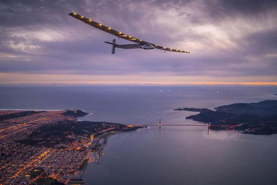 Die Solar Impulse 2 kreiste einige Zeit über San Francisco und landete schließlich kurz vor Mitternacht.