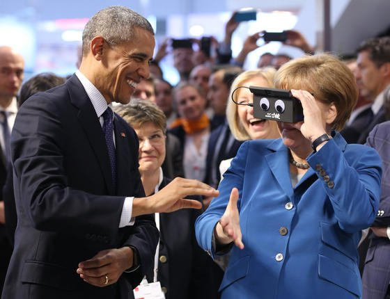 Bundeskanzlerin Angela Merkel und US-Präsident Barack Obama beim Rundgang am Montag auf der Hannover Messe: Am Stand des Automatisierungstechnik-Unternehmens ifm electronic probieren beide eine 3D-Brille aus.