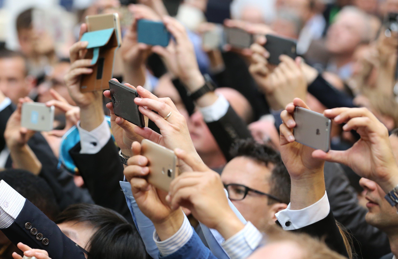 Da kann keiner widerstehen: Besucher halten massenhaft ihre Smartphones hoch, um Bundeskanzlerin Merkel und US-Präsident Obama beim Rundgang auf der Hannover Messe zu fotografieren.