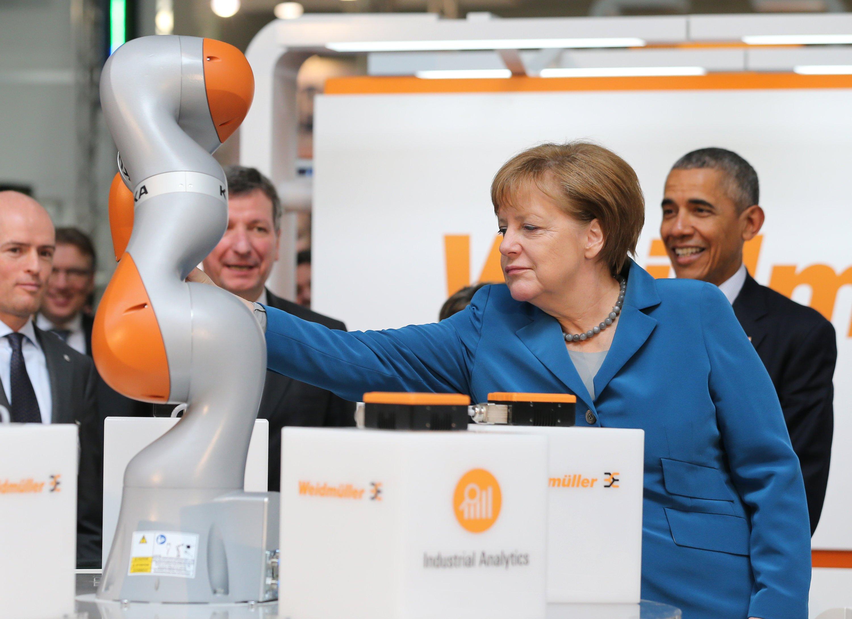 Bundeskanzlerin Angela Merkel und US-Präsident Barack Obama am Stand des Verbindungstechnikers Weidmüller.