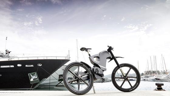 Nein, das ist kein Motorrad, sondern ein E-Bike. Für dessen Preis man sich auch ein Auto leisten könnte.