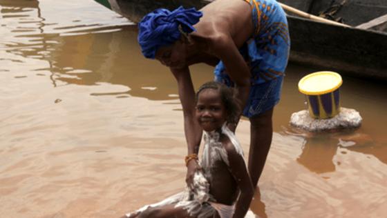 Seife für Körper, Kleidung und Haus gehört zu den wenigen Dingen, mit denen 95 % der Haushalte in Afrika ausgestattet sind.