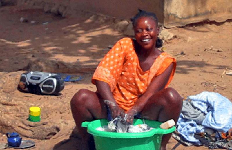 Zusatzeffekt: Da es in Schwarzafrika kaum Kläranlagen gibt, landet das seifehaltige Abwasser in Flüssen und Seen und vertreibt dort die Moskitos.