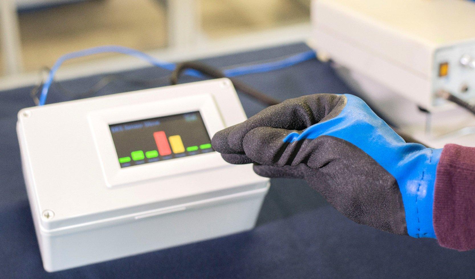 Mit diesem druckempfindlichen Handschuh lassen sichGreifkräfte messen.
