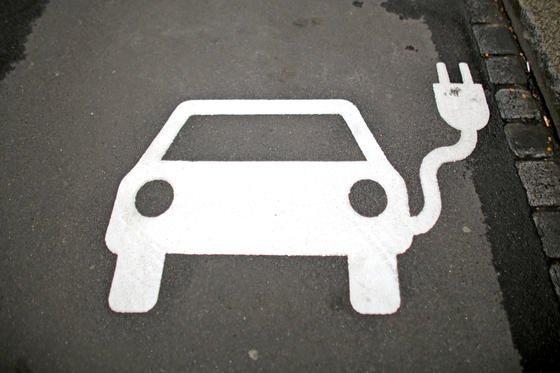 Elektroauto-Symbol auf einem Parkplatz mit Ladesäule in Leipzig: Mit einer Kaufprämie will die Bundesregierung den Absatz von Elektroautos fördern. DIW-Umweltexpertin Claudia Kemfert hält dagegen die Energiepreise für zu niedrig.